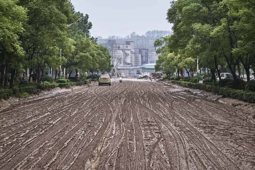 A muddy road after the rain in Mihe Town, Henan province, July 24, 2021. Wu Huiyuan/Sixth Tone