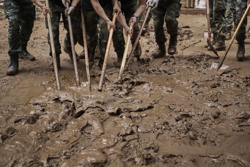 Soldiers clear mud after record rainfall in Mihe Town, Henan province, July 24, 2021. Wu Huiyuan/Sixth Tone