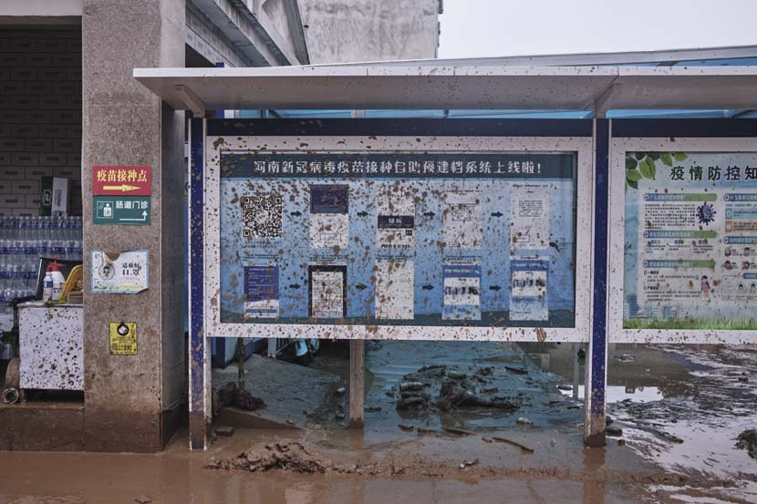 A clinic is surrounded by mud in Mihe Town, Henan province, July 23, 2021. Wu Huiyuan/Sixth Tone