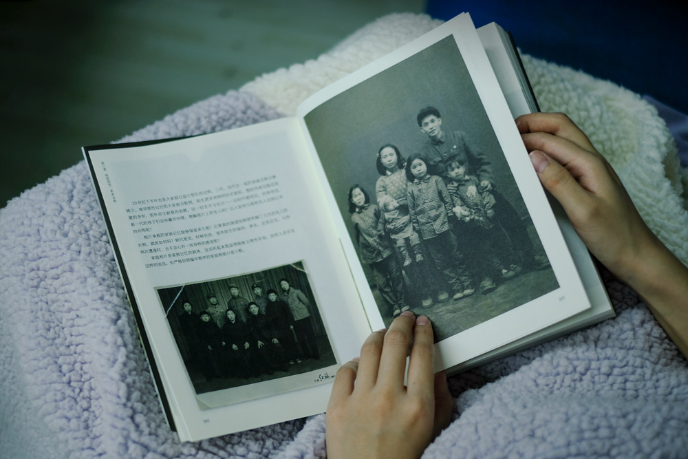 """Chinese family photos from the 1950s and '60s, from Jin Yongquan's 2020 book """"Unnamed Photos."""" Large families were common in China during this period. Wu Huiyuan/Sixth Tone"""