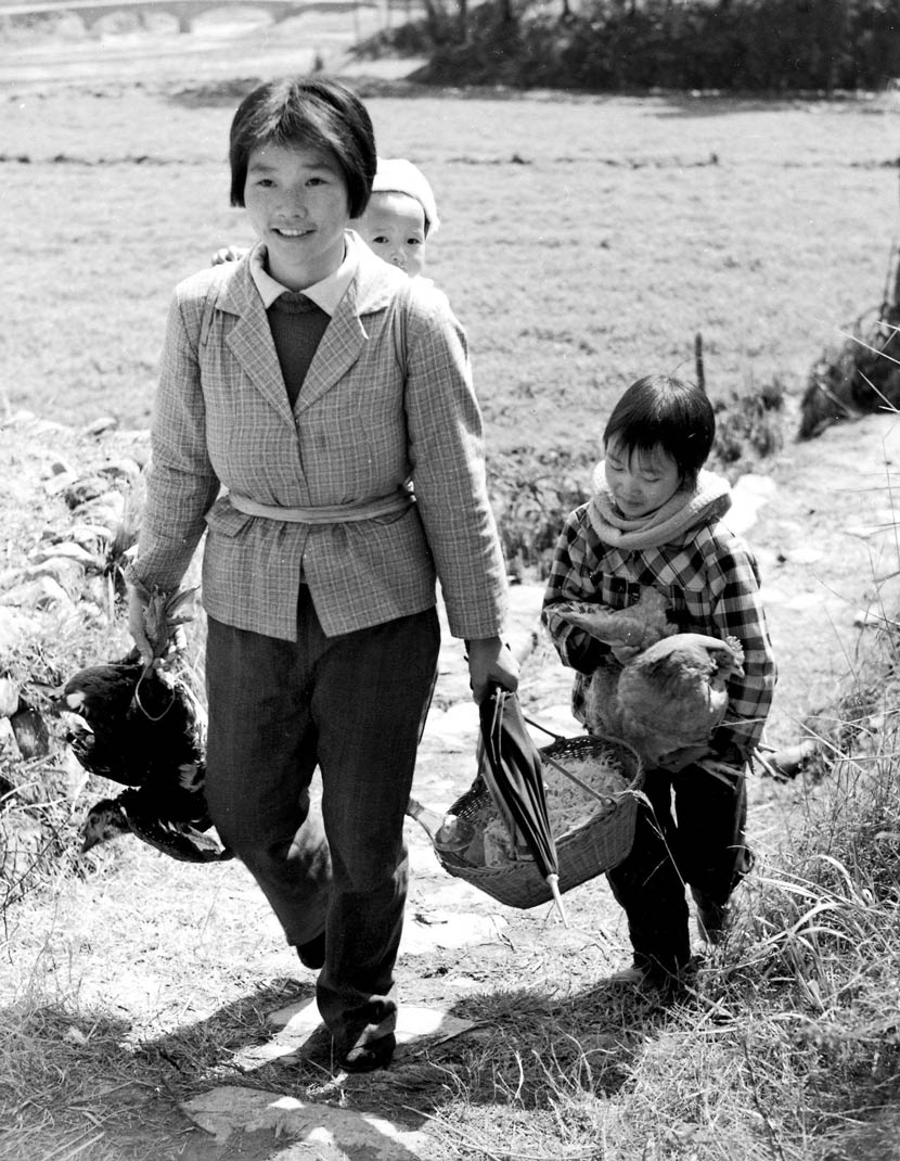 A woman takes her children to visit her parents during the Spring Festival, Wenzhou, Zhejiang province, February 1985. Xiao Yunji/FOTOE/People Visual