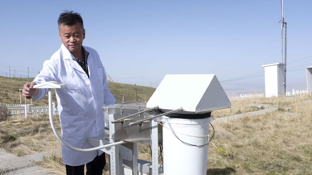 Huang Jianqing checks on equipment at the observatory, 2021. Shi Hanwei for Sixth Tone