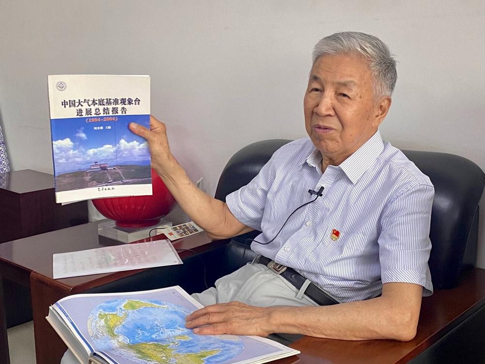 Zhou Xiuji shows a report on the station's progress, June 23, 2021. Diao Fanchao for Sixth Tone