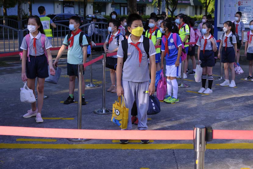Students wait to enter the Primary School Affiliated to Shanghai University, Sept. 1, 2021. Wu Huiyuan/Sixth Tone