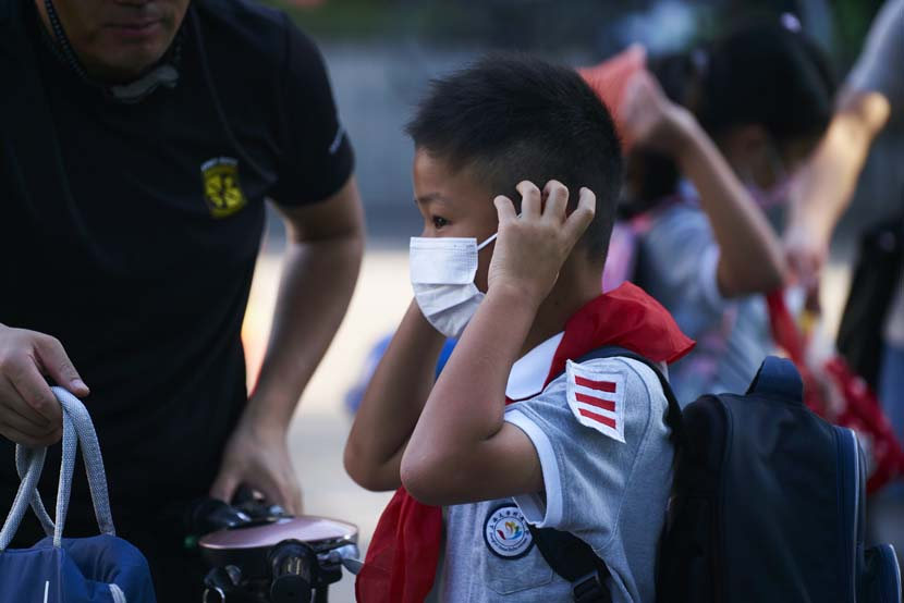 A boy at the entrance of the Primary School Affiliated to Shanghai University, Sept. 1, 2021. Wu Huiyuan/Sixth Tone