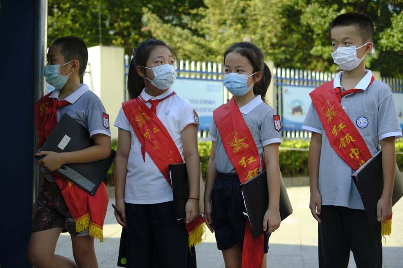 Young Pioneers at the entrance of the Primary School Affiliated to Shanghai University, Sept. 1, 2021. Wu Huiyuan/Sixth Tone