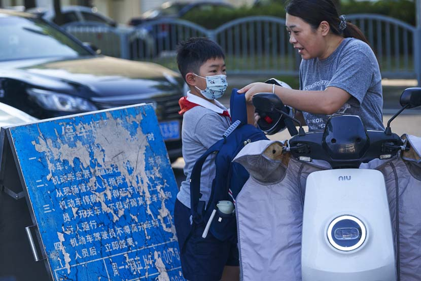 A mother and her son outside the Primary School Affiliated to Shanghai University, Sept. 1, 2021. Wu Huiyuan/Sixth Tone
