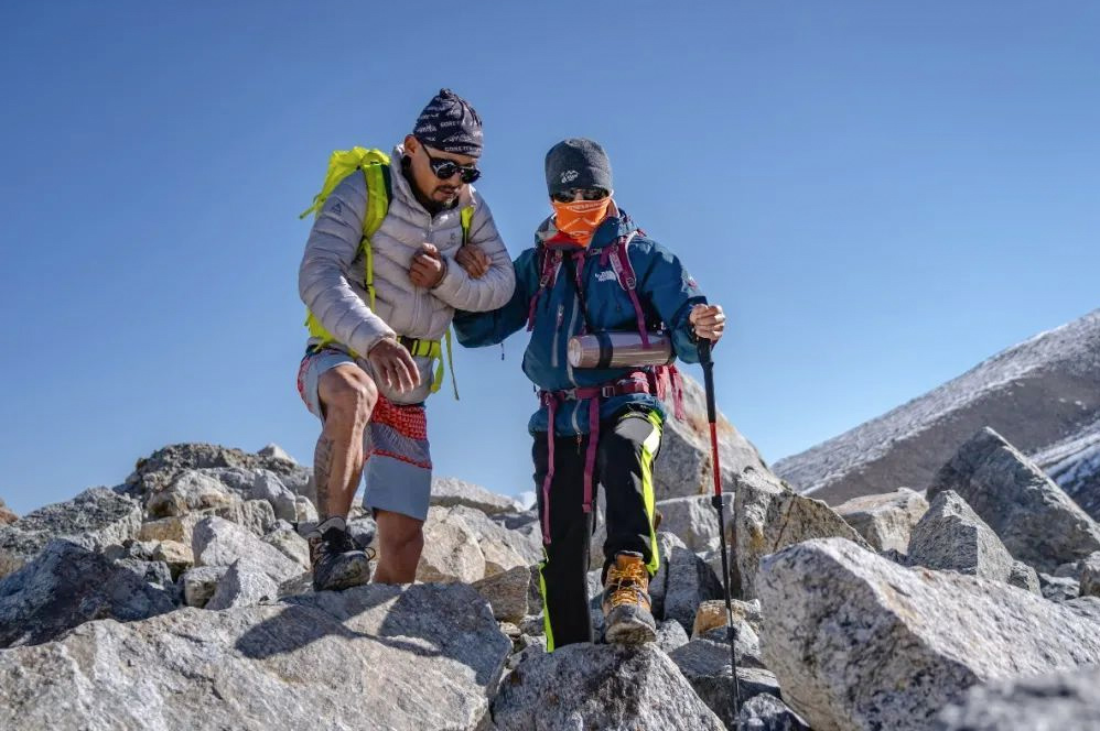Qiangzi (left) and Zhang Hong ascend Muztagh Ata, 2019. From @登峰域 on Weibo