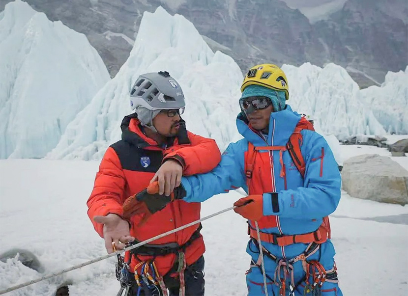 Qiangzi and Zhang Hong (right) are pictured while training on the South Col route of Mount Everest, 2021. From @登峰域 on Weibo