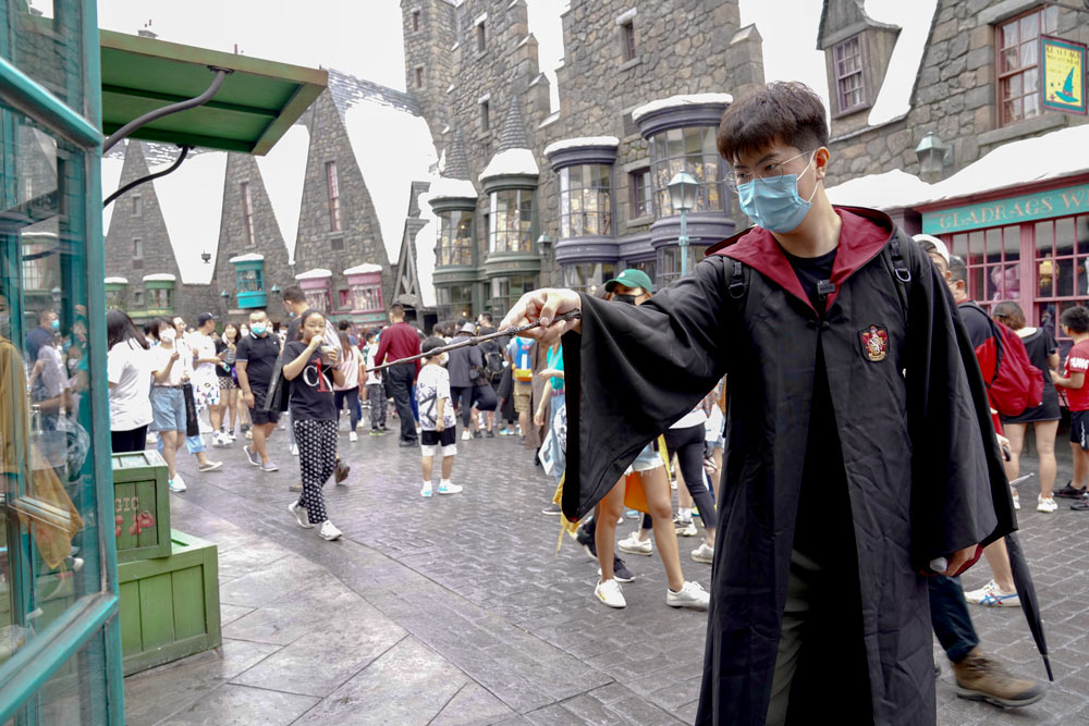 """A fan of the """"Harry Potter"""" franchise at Universal Beijing Resort during its trial run in Beijing, Sept. 4, 2021. People Visual)"""