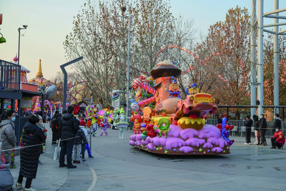 Tourists watch a parade at Happy Valley Beijing, Dec. 26, 2020. Zhang Zhichun/Qianlong/People Visual