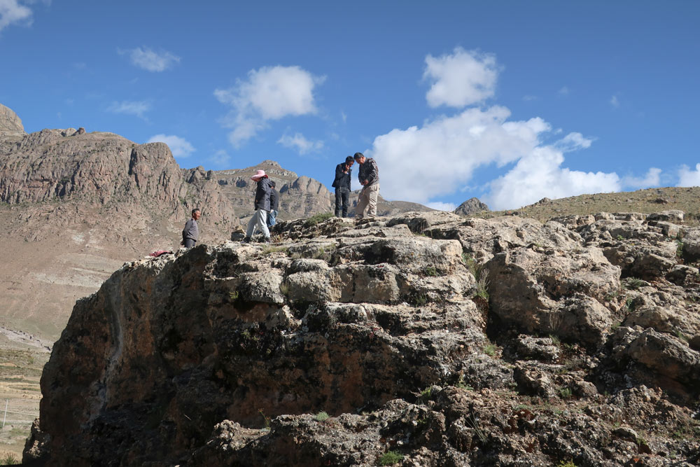 The team investigates the travertine layers where the hand and footprint were found, in Tibet Autonomous Region, 2018. Courtesy of David Dian Zhang