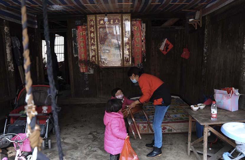 Jin Lifen and her two daughters in Zaokeng, Zhejiang province, Jan. 22, 2021. He Kai/The Paper