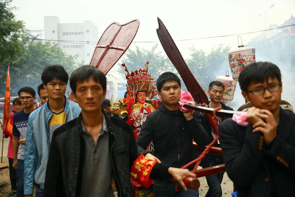 Locals carry a sedan chair with a statue of Mazu in Putian, Fujian province, Feb. 5, 2017. Liu Tao/People Visual