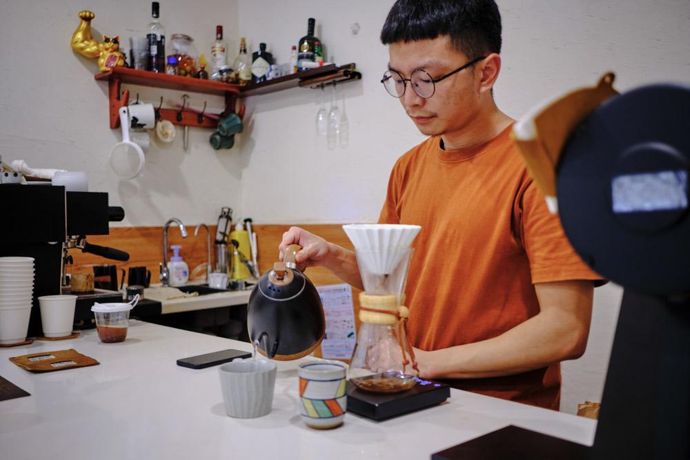 Huang Xiaochuan at Pace Coffee in Shanghai, Sept. 29, 2021. Wu Huiyuan/Sixth Tone
