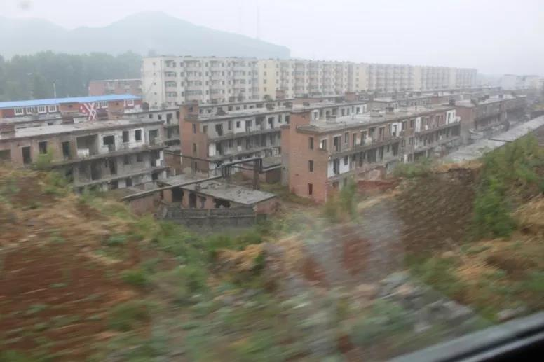 A general view of Factory 475 taken from a train, 2021. Courtesy of Pan Yizhi