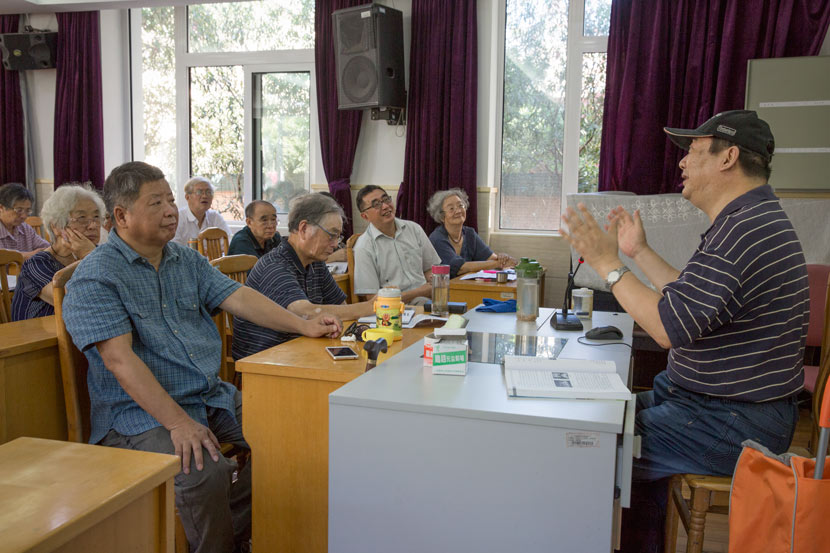 Lecturer Wu Zhongrui teaches a travel course at Shanghai University for the Elderly in Shanghai, Sept. 14, 2017. Shi Yangkun/Sixth Tone