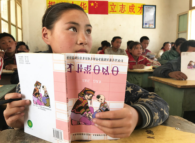Students read textbooks written in Yi at a primary school in Liangshan Yi Autonomous Prefecture, Sichuan province, May 22, 2017. Courtesy of Jin Ni