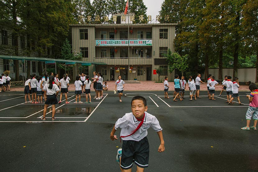 Students play on the grounds of Matian Central Primary School in Luxi County, Jiangxi province, Sept. 5, 2017. Wu Huiyuan/Sixth Tone
