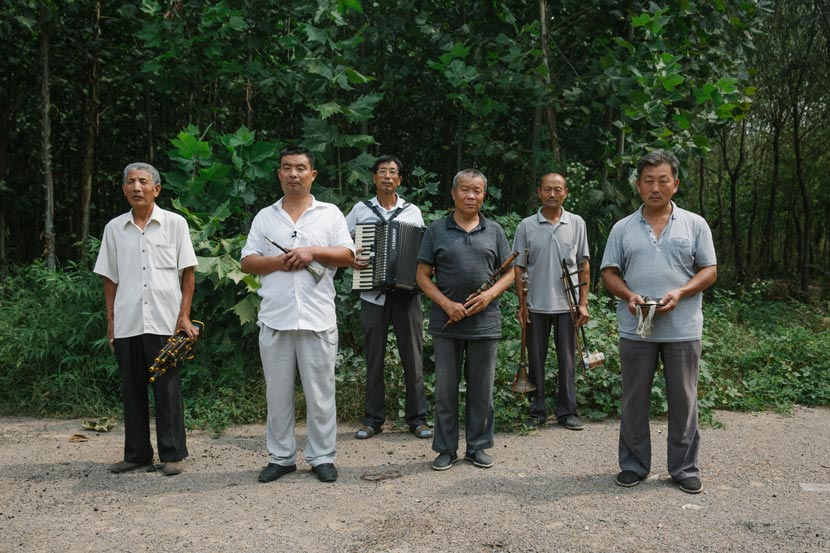 Wang Ruiyong (second from left) poses for a photo with fellow musicians in Pingyi County, Shandong province, Sept. 15, 2017. Wu Huiyuan/Sixth Tone