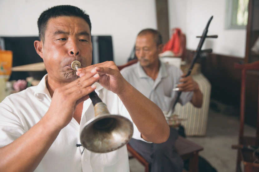 Wang Ruiyong practices the 'suona' with his band members in Pingyi County, Shandong province, Sept. 15, 2017. Wu Huiyuan/Sixth Tone