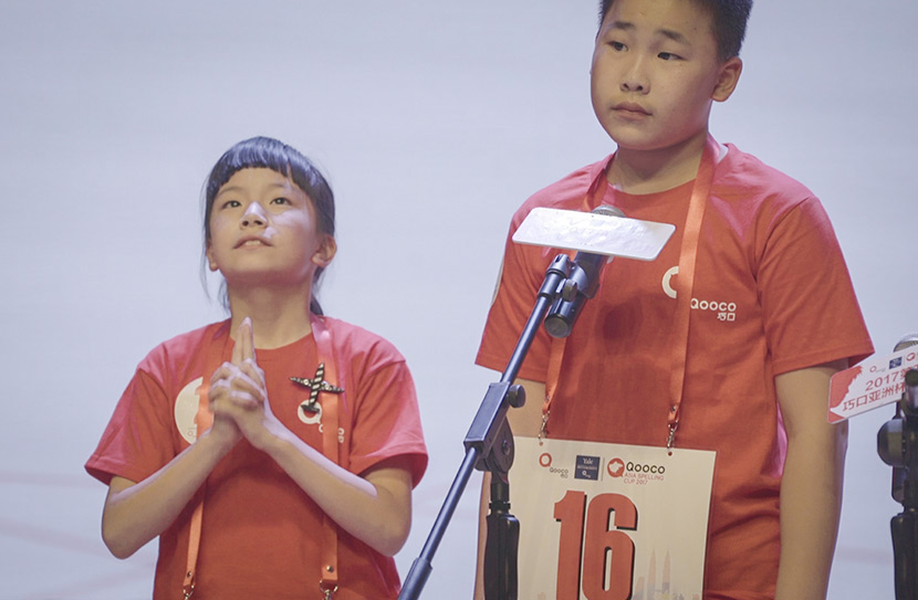 Guan Zhinan (left) competes in the China Spelling Cup in Beijing, Sept. 24, 2017. Tang Xiaolan/Sixth Tone