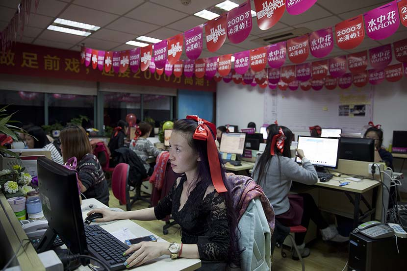 Sales staff for an online shop work overnight during Singles' Day in Hangzhou, Zhejiang province, Nov. 11, 2014. Xu Xiaolin for Sixth Tone