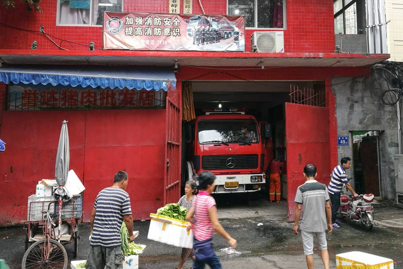 Locals walk past the Aofeng Volunteer Fire Brigade's fire station in Fuzhou, Fujian province, Sept. 12, 2017. Yan Jie/Sixth Tone