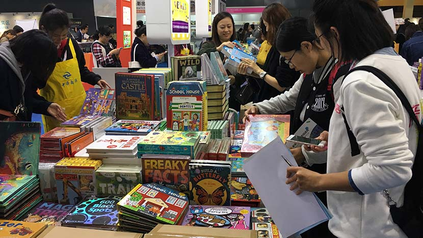 Visitors choose chilren's books during Shanghai International Children's Book Fair, Nov. 17, 2017. Ni Dandan/Sixth Tone