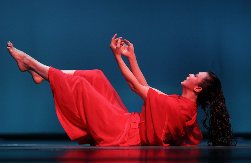Jin Xing stages a performance in Hangzhou, Zhejiang province, Nov. 9, 2004. Xu Jian/VCG