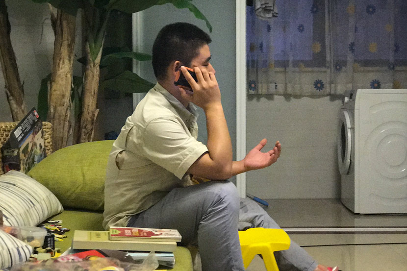 Chen Baonan talks to a volunteer counselor over the phone at his home in Jiangsu province, Sept. 16, 2017. Wang Lianzhang/Sixth Tone