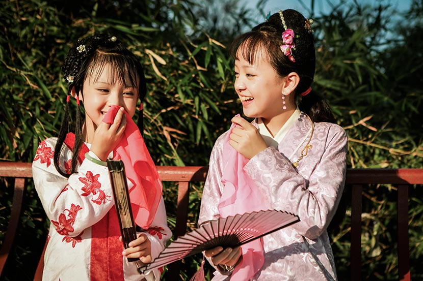 Child actors laugh on the set of the miniseries 'Dream of the Red Chamber.' From the 'Star of Tomorrow' Weibo account