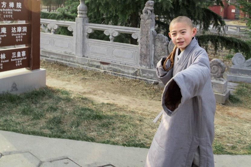 Shi Xiaosong poses for a photo at the Shaolin Temple in Dengfeng, Henan province. From Shi Xiaosong's Weibo account