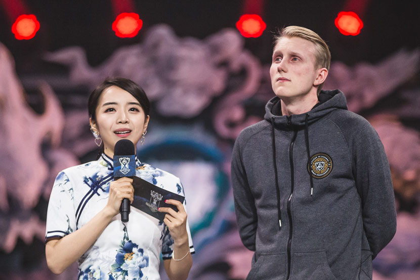 Duan Yushuang interviews Danish esports player 'Zven' after his team's defeat in the 'League of Legends' World Championship semifinals in Wuhan, Hubei province, Oct. 13, 2017. Courtesy of Duan Yushuang