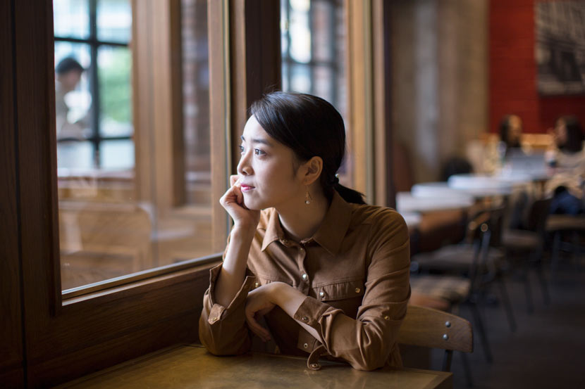 Duan Yushuang poses for a photo at a café in Shanghai, Oct. 30, 2017. Shi Yangkun/Sixth Tone