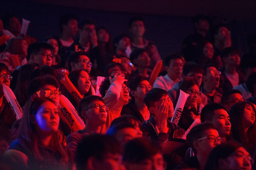 Fans of Chinese esports squad Team WE watch the semifinals of the 'League of Legends' World Championship in Shanghai, Oct. 29, 2017. Shi Yangkun/Sixth Tone