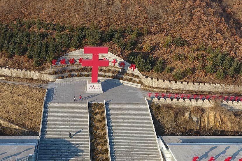 A 10-meter-tall sculpture of the Chinese character 'gan' is seen in Dalishu Village, Liaoning province, Jan. 6, 2017. Xie Kuangshi/Sixth Tone
