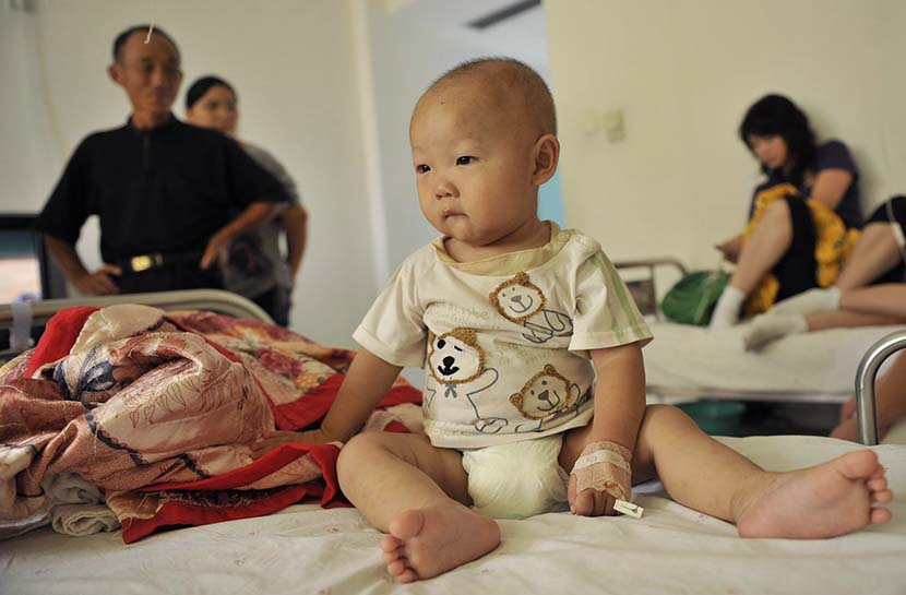 An 8-month-old boy is hospitalized with urinary problems after drinking baby formula from Sanlu in Wuhan, Hubei province, Sept. 17, 2008. Hai Lang/VCG