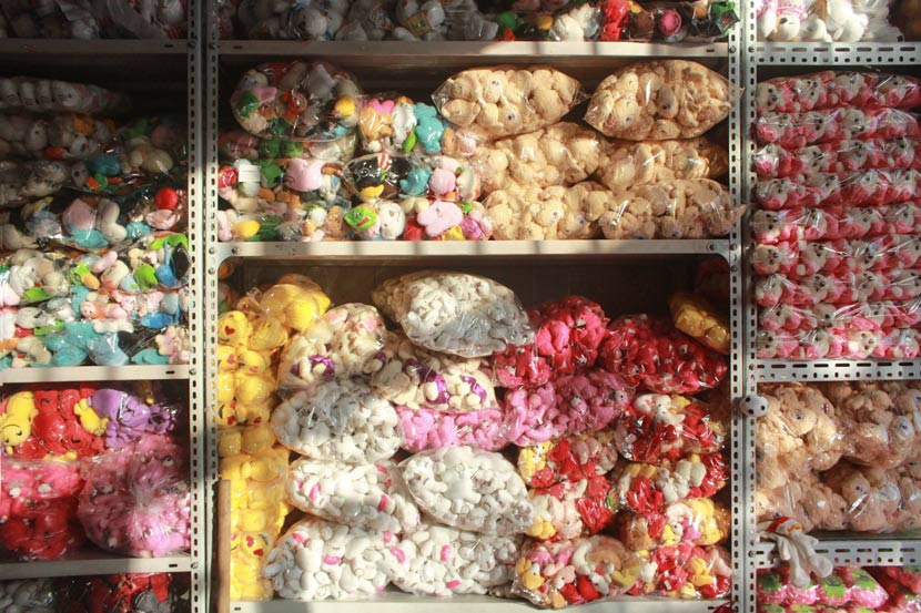 Shelves packed with stuffed toys at a store in Rongcheng County, Hebei province, Nov. 14, 2017. Wang Yiwei/Sixth Tone