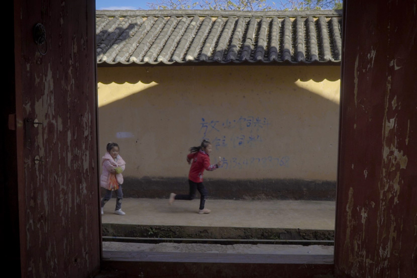 Children run through Mayou Village, Yao'an County, Yunnan province, Nov. 16, 2017. Daniel Holmes/Sixth Tone