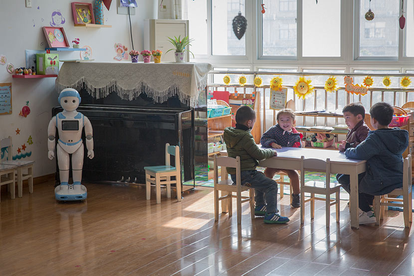 Education robot iPal stands in the corner of a classroom at Shunhu Kindergarten in Suzhou, Jiangsu province, Dec. 6, 2017. Shi Yangkun/Sixth Tone