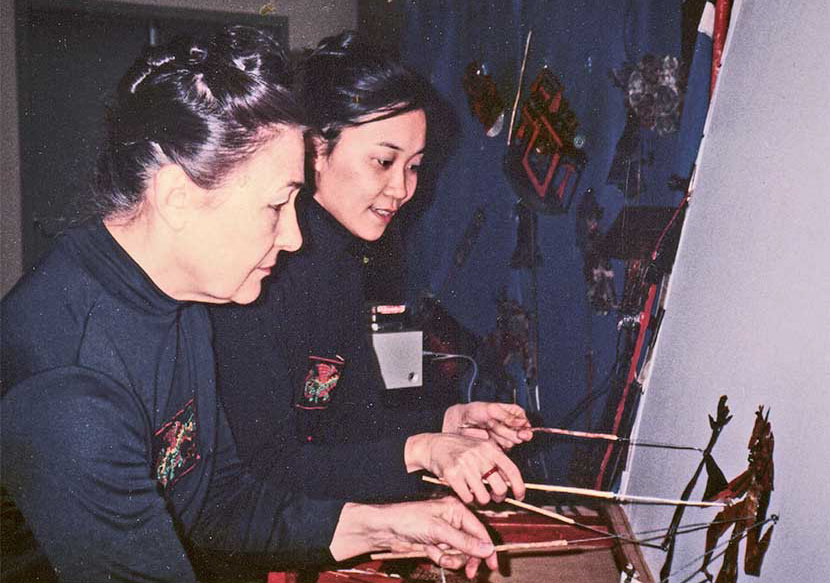 Jo Humphrey (left) and Kuang-Yu Fong (right) are behind the screen at a show in the U.S., 1986. Courtesy of Li Mingjie