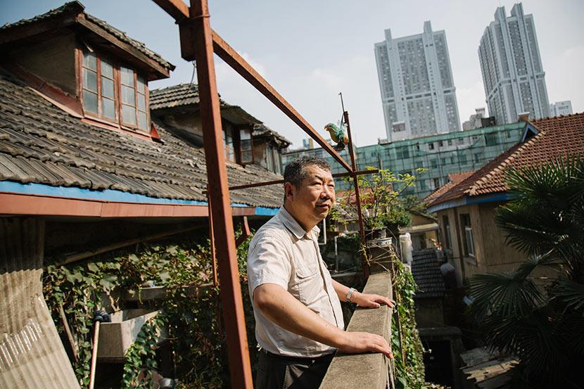 Hu Fusun stands on the balcony of the home that has belonged to his family for generations, Nanjing, Jiangsu province, July 28, 2017. Wu Huiyuan/Sixth Tone
