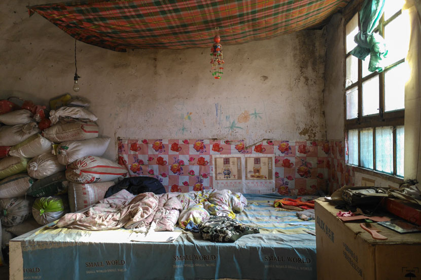 The bed inside the Chi family's house in Bin County, Shaanxi province, Nov. 7, 2017. Twenty years ago, Wang, Chi Junlu, and the three Chi boys slept here. Ming Que for Sixth Tone
