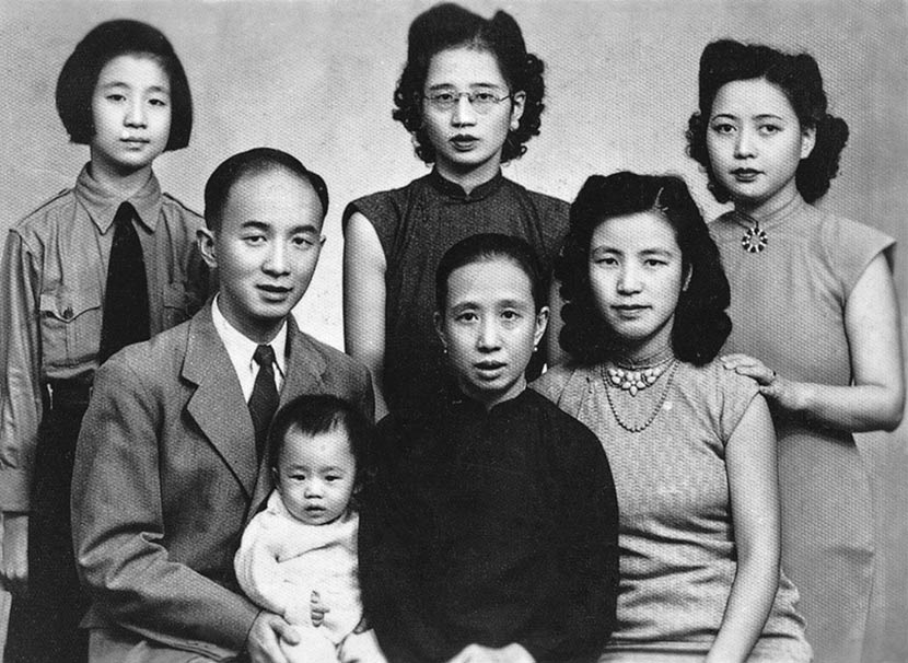 A photograph of the Wu family in Chongqing, taken around 1947. Courtesy of 'Old Photos'