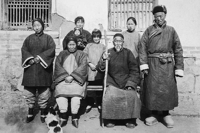 A photograph of a peasant family in Yantai, Shandong province, taken by a foreign missionary in the 1920s. Courtesy of 'Old Photos'