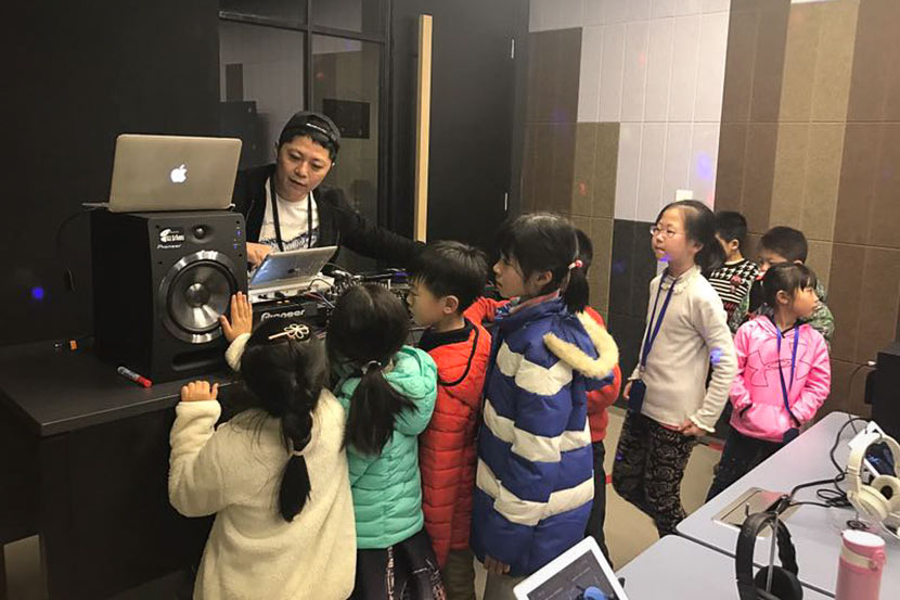 Wang Chen introduces Chinese primary school students to DJing, 2017. Courtesy of beatspot