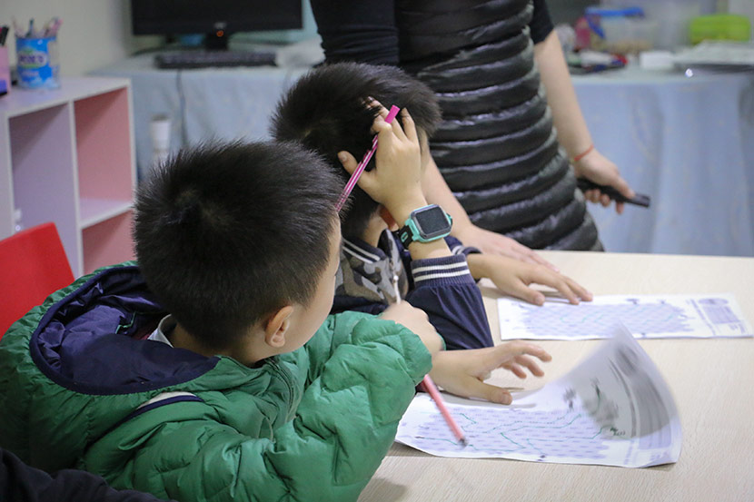 Children with dyslexia take a class at Weining Dyslexia Education Center in Shenzhen, Guangdong province, Jan. 30, 2018. Cai Yiwen/Sixth Tone