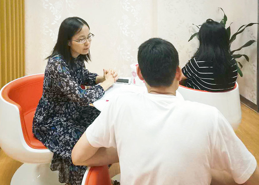 He Qiaofeng speaks with a couple at a marriage registry in Shenzhen, Guangdong province, September 2017. Courtesy of He Qiaofeng