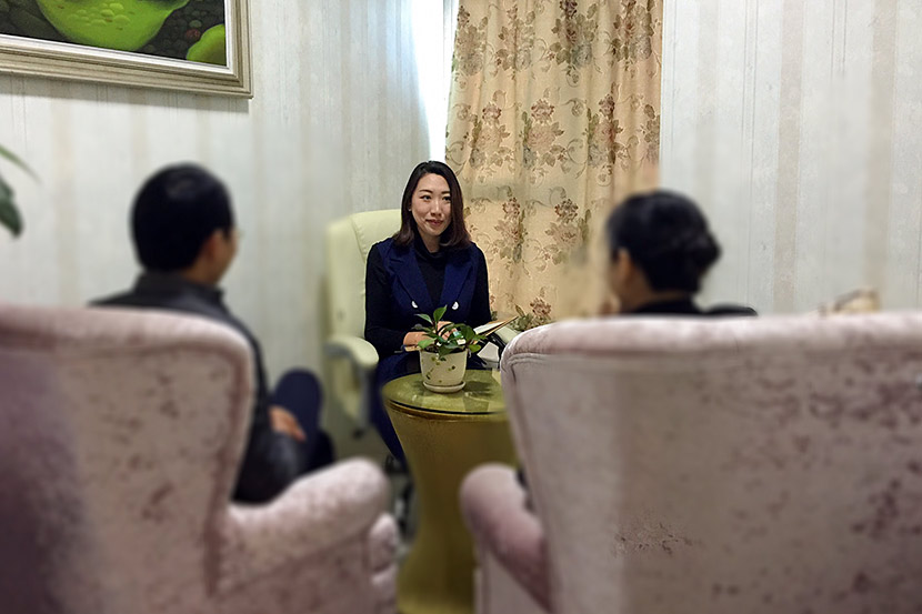 Liu Yiman counsels a couple at her studio, Yiman Emotional Post, in Shenzhen, Guangdong province, 2017. Courtesy of Liu Yiman